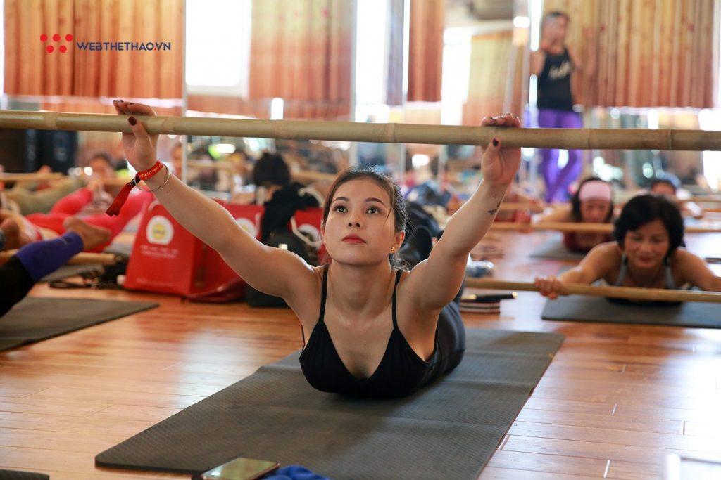 Tập luyện Yoga gậy tại Bình Dương ở trung tâm Maha yoga