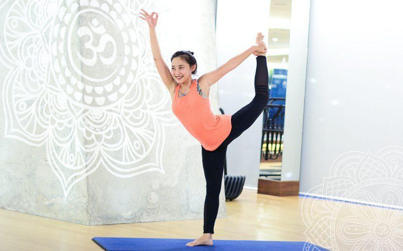 Thường những động tác Yoga khó sẽ khiến các bạn bị mất thăng bằng, thậm chí còn bị té ngã