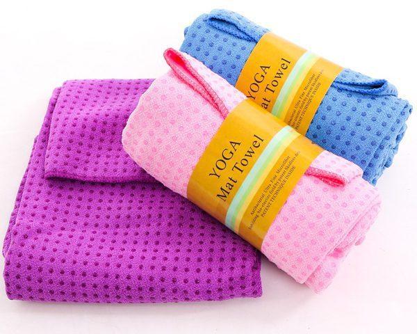 Bên cạnh quần áo, chị em cần chuẩn bị thêm cho mình một chiếc khăn tập Yoga để lau mồ hôi lúc tập luyện và bảo vệ mặt