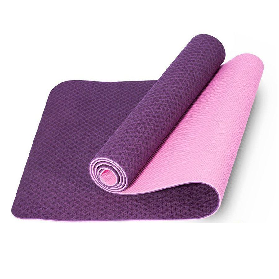 Thảm Yoga là vật dụng không thể thiếu đối với những người tham gia lớp học Yoga