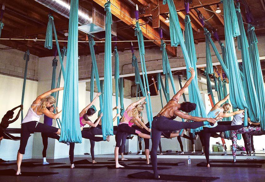 Luyện tập yoga võng cần phải có sự hướng dẫn của huấn luyện viên