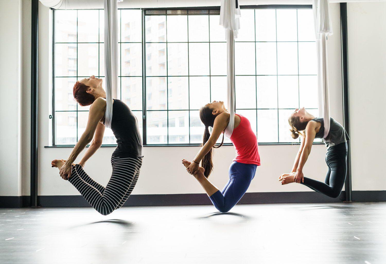 Khi tập luyện yoga võng người tập sẽ có cảm giác lơ lửng treo mình giữa không trung nhờ sự giúp sức của dải lụa được treo cố định