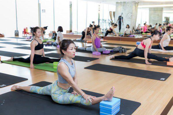 Khi luyện tập yoga gạch bạn cần mặc những bộ quần áo tạo cảm giác thoải mái