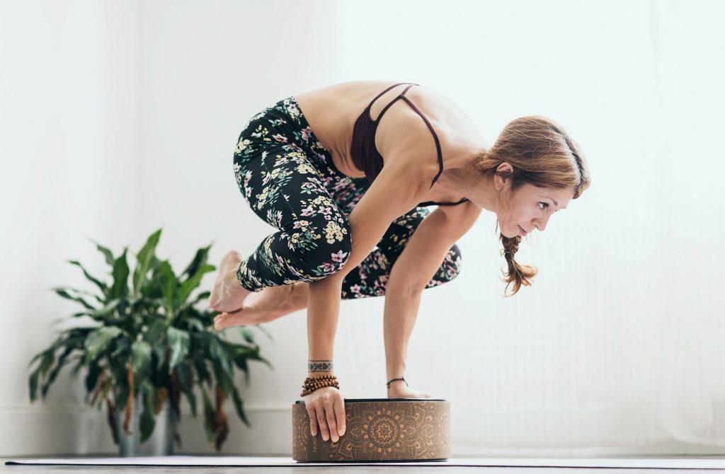 Các tư thế yoga với gạch mang lại nhiều lợi ích cho sức khỏe
