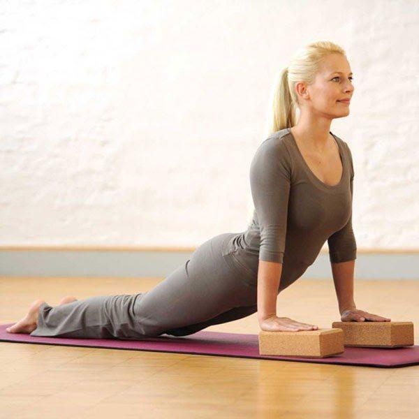 Chị em nên tập yoga với gạch vào tối muộn hoặc sáng sớm