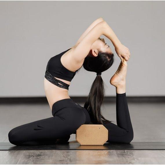 Yoga gạch gồm những tư thế động tác giúp cho người tập rèn luyện sức khỏe và có cảm giác thoải mái nhất.