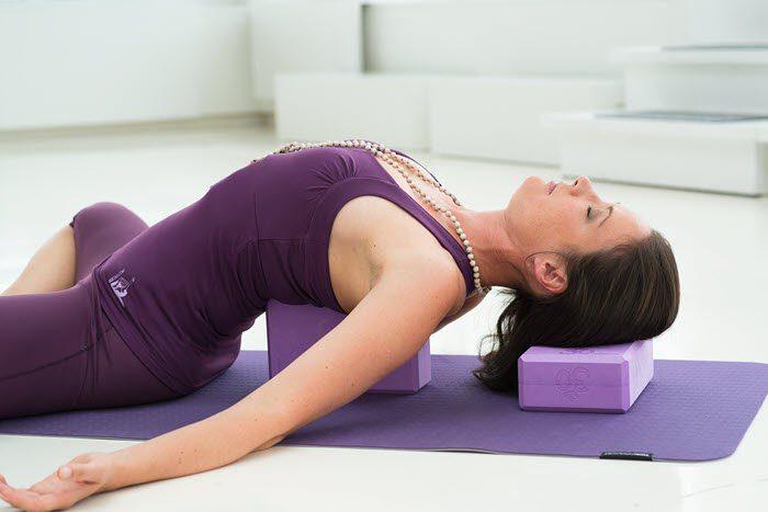 Gạch yoga sẽ hỗ trợ bạn thực hiện được tư thế này một cách dễ dàng hơn