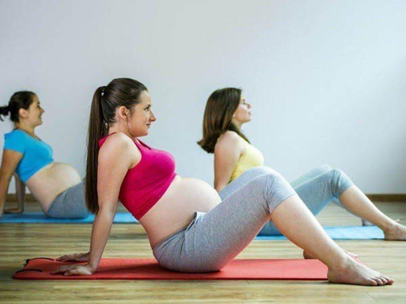 Các bà mẹ có thể kê khăn hoặc gối ở phía dưới lưng để cảm thấy thoải mái nhất.
