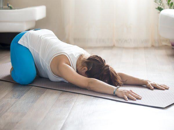 Tư thế góc cố định giúp các bà bầu giảm các cơn đau lưng, xương chậu.