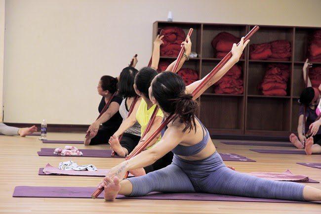 Hãy thả lỏng cơ thể và chậm rãi thực hiện các động tác yoga với gậy để có được kết quả tốt nhất