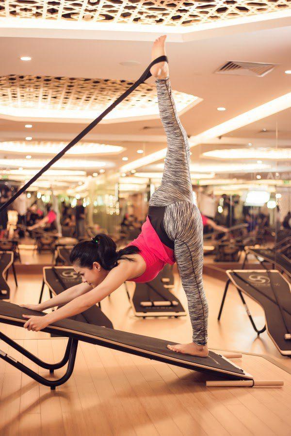 Người tập bộ môn yoga với gậy nói riêng và yoga nói chung nên tập luyện sau bữa ăn chính khoảng 3 giờ hoặc lúc bụng đang rỗng