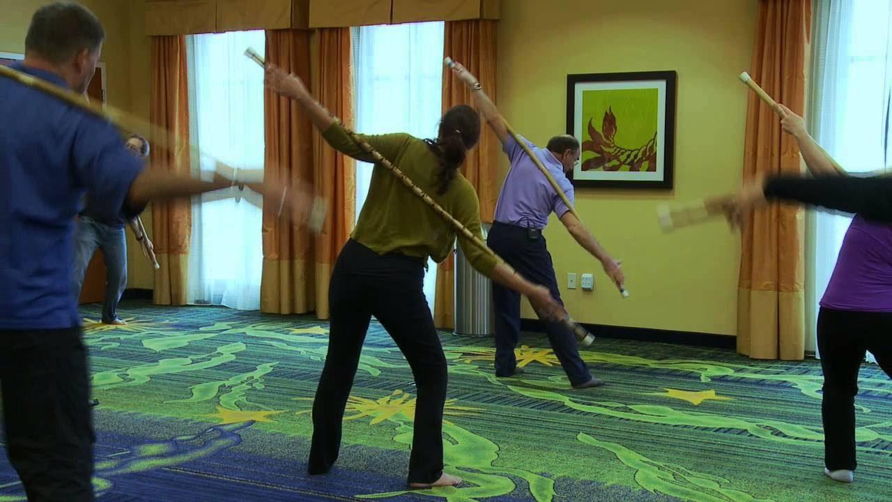 Yoga với gậy đem lại nhiều hiệu quả trong điều trị phục hồi chức năng tủy sống.