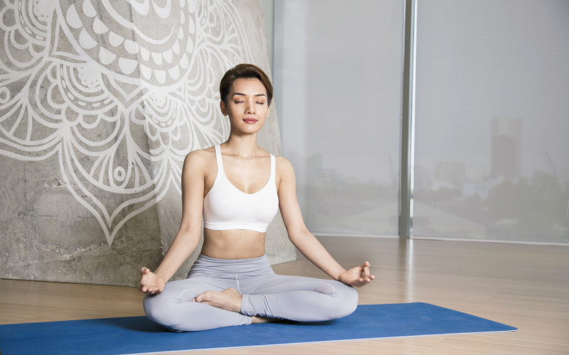 Tư thế ngồi xếp bằng phù hợp với những người mới bắt đầu tập bộ môn yoga thiền