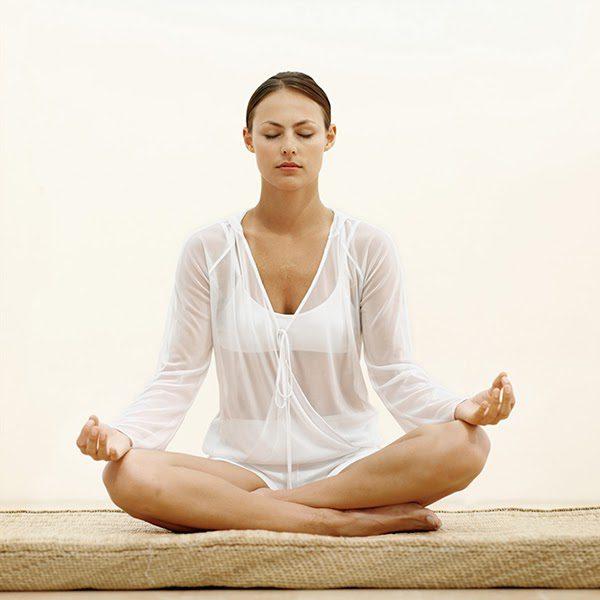 Tư thế ngồi xếp bằng vô cùng quen thuộc dành cho người mới bắt đầu tập yoga thiền.