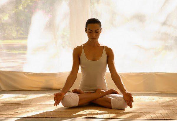 Tư thế yoga thiền giúp cho người tập thẳng lưng và cảm thấy rất thoải mái.