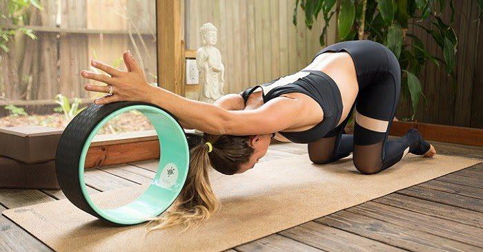 Quá trình tập động tác yoga vòng bạn luôn giữ cho xương cột sống thẳng và thư giãn cổ