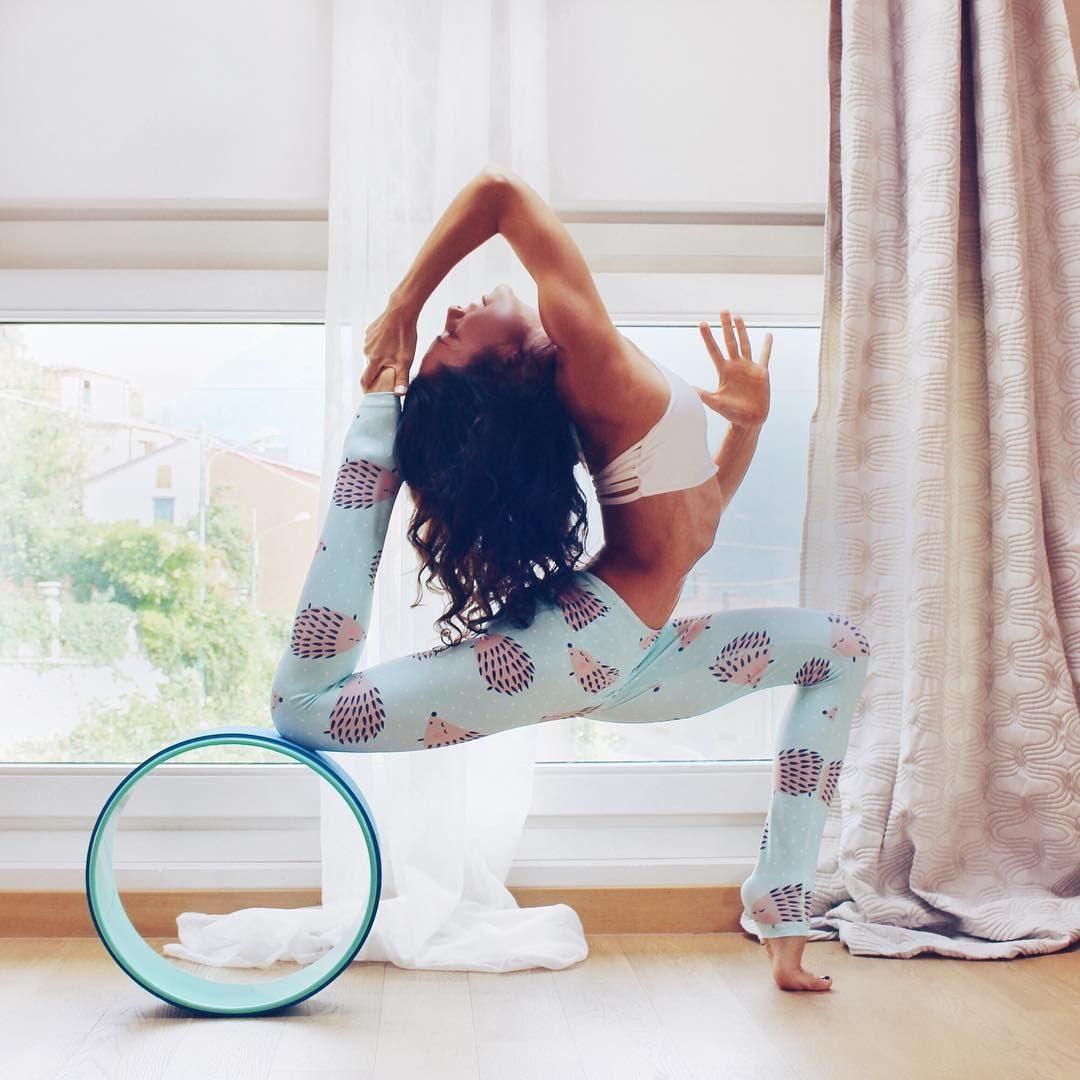 Quá trình luyện tập yoga vòng bạn phải chú ý thư giãn và hít thở đúng cách