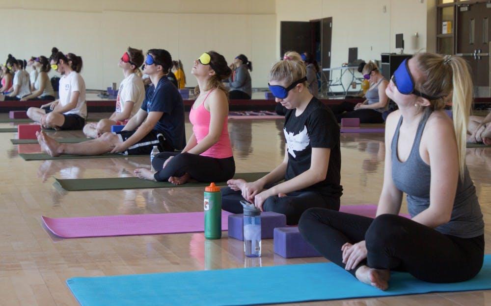 blind-yoga-yoga-bit-mat-tai-binh-duong
