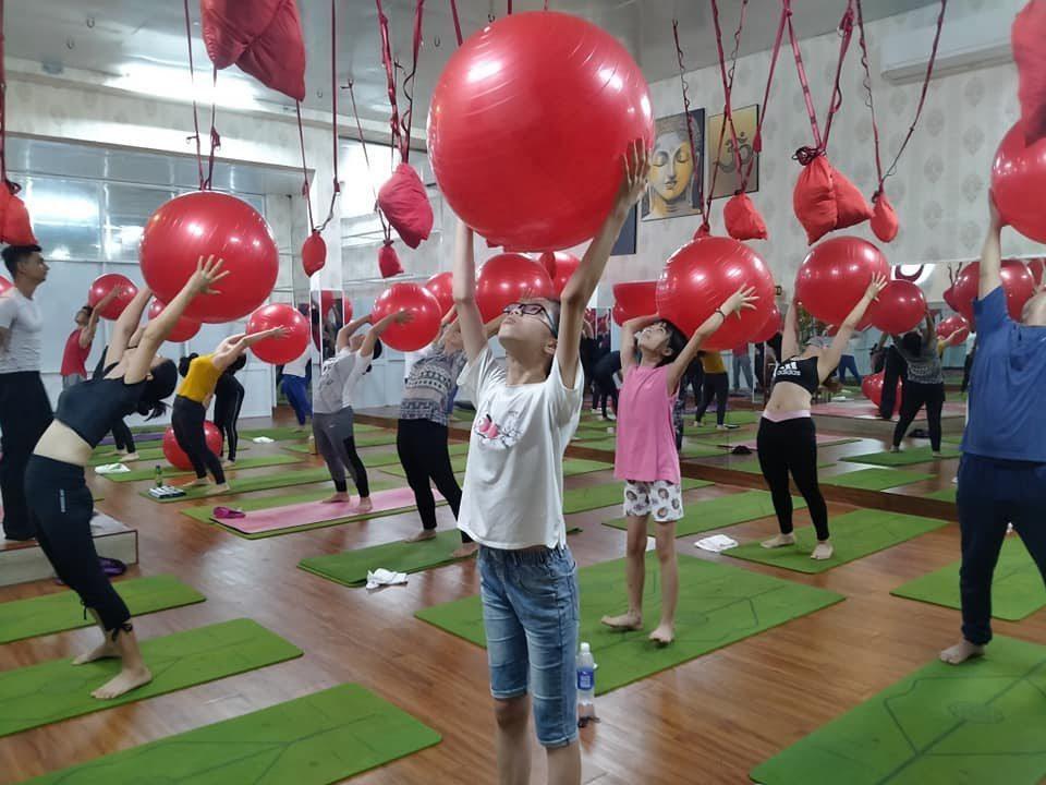 Yoga với bóng phù hợp cho dân công sở