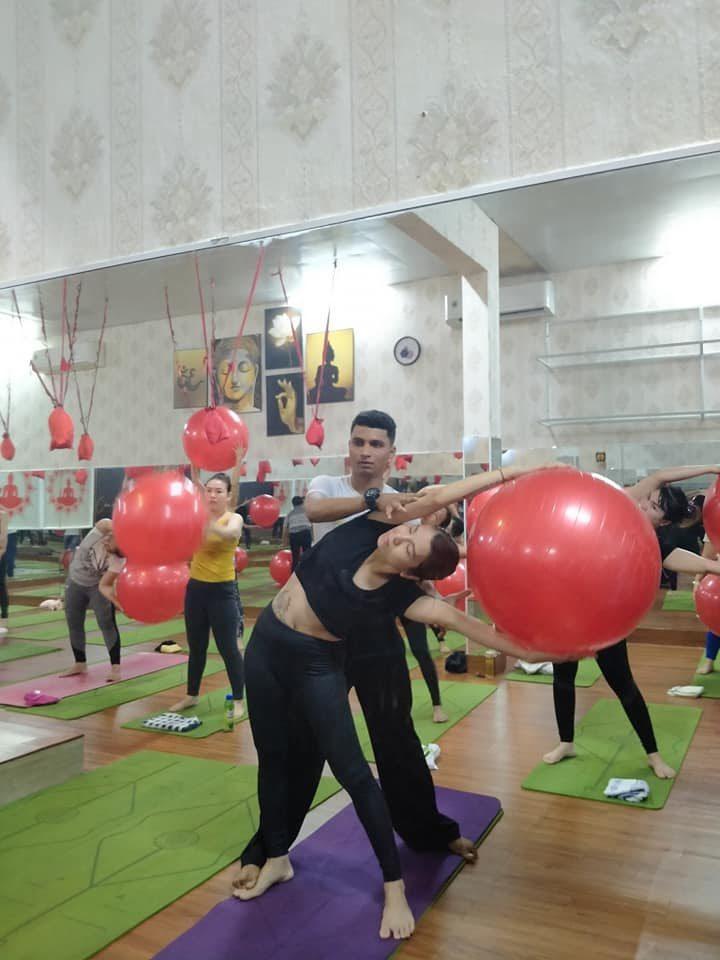 Tập yoga bóng hạn chế được tình trạng đau lưng, nhức vai
