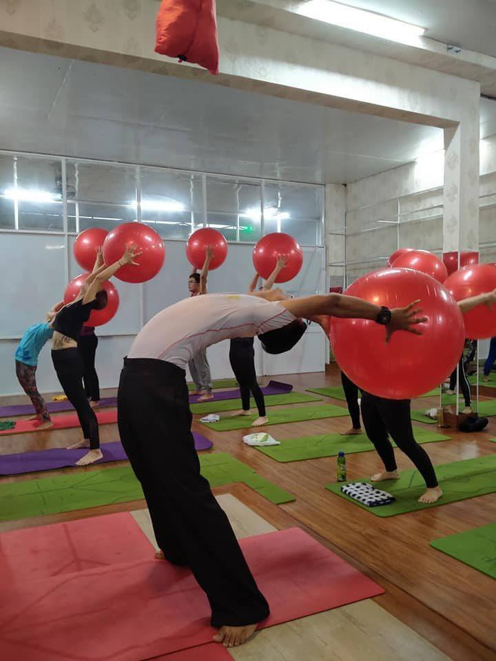 Yoga bóng còn có tác dụng điều hòa hệ thần kinh trung ương, giúp bạn giảm stress