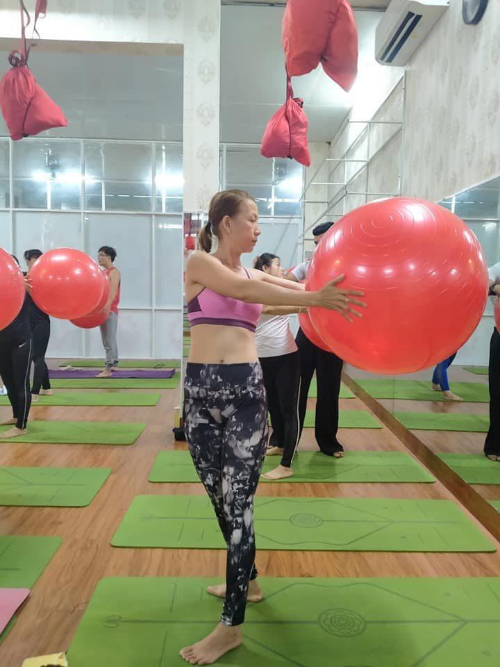Tập yoga bóng với động tác ném bóng