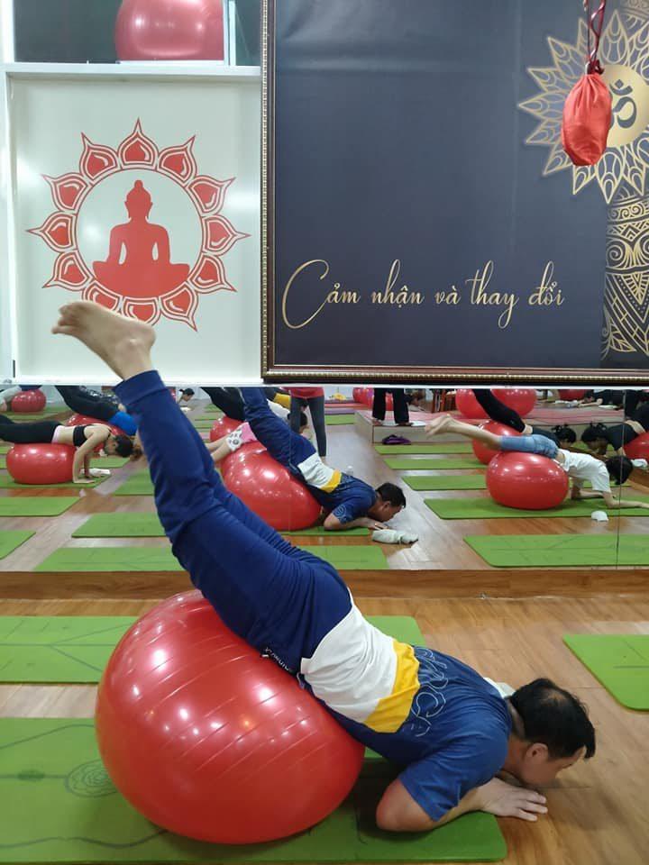 Yoga bóng với bài tập Squat