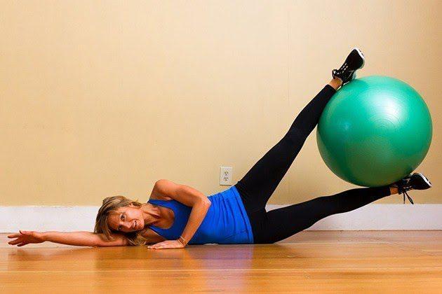 Yoga bóng Bình Dương với bài tập kẹp bóng nâng chân