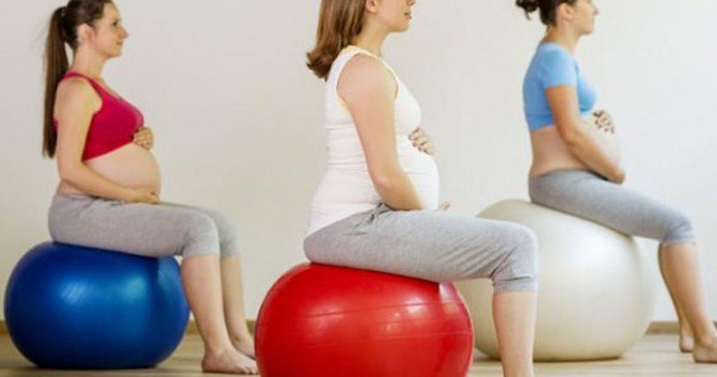 Yoga bóng dành cho bà bầu có tác dụng cải thiện sự dẻo dai và linh hoạt cho bà bầu