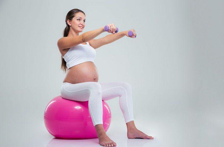 Bà bầu hãy ngồi chắc chắn trên bóng yoga