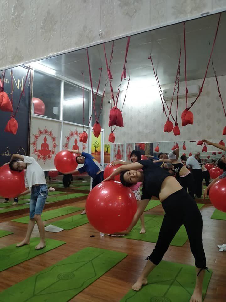Bóng yoga trơn thường dành cho người mới bắt đầu tập luyện yoga