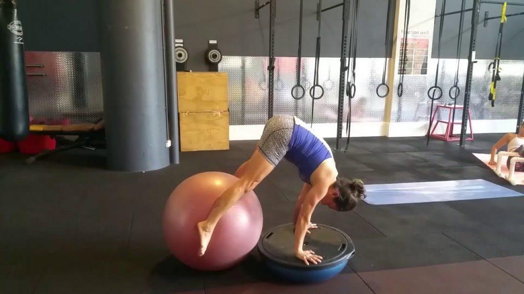 Yoga bóng với bài tập Handstand on the Ball