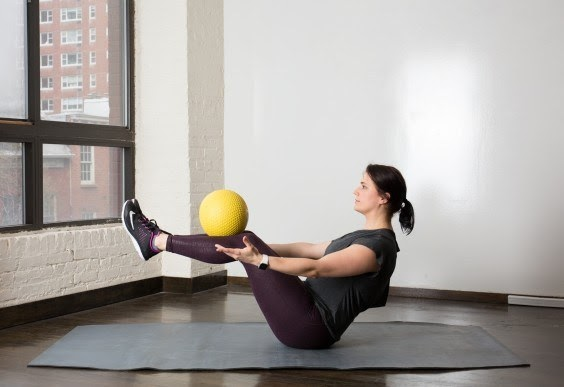 Tập yoga bóng với bài tập con thuyền Boat Pose And Ball