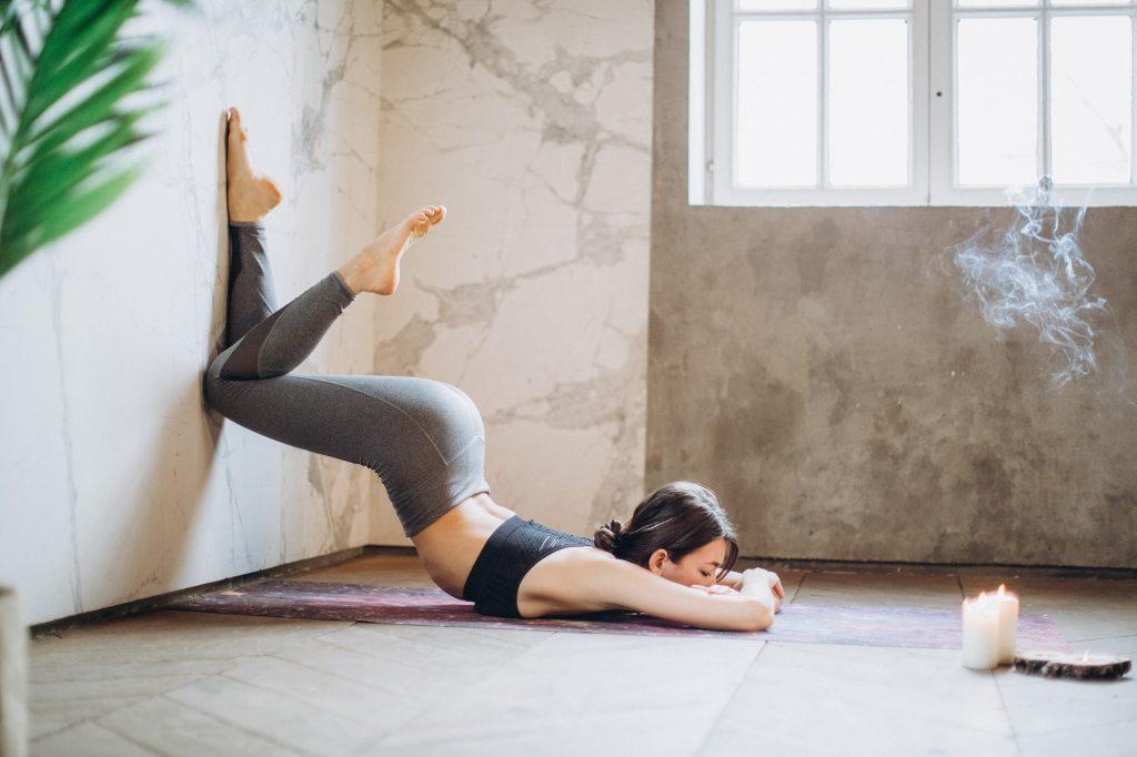 lớp học yoga với tường tại bình dương