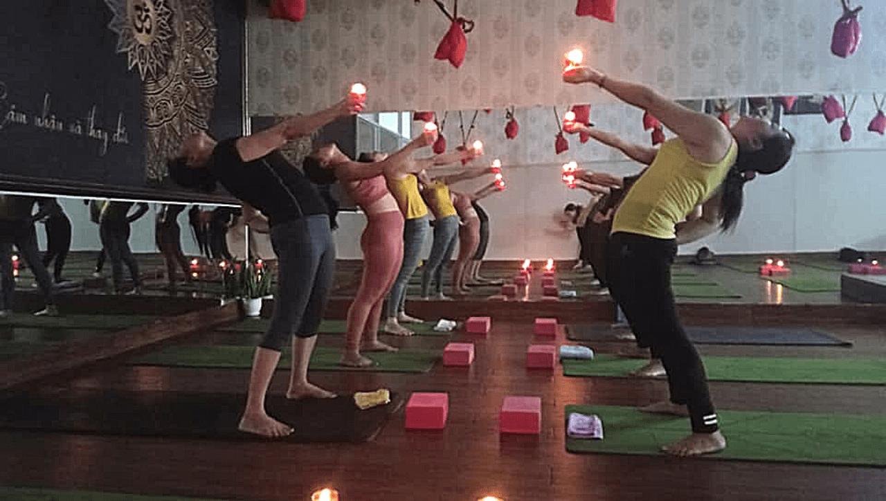 lop hoc yoga voi nen tai binh duong