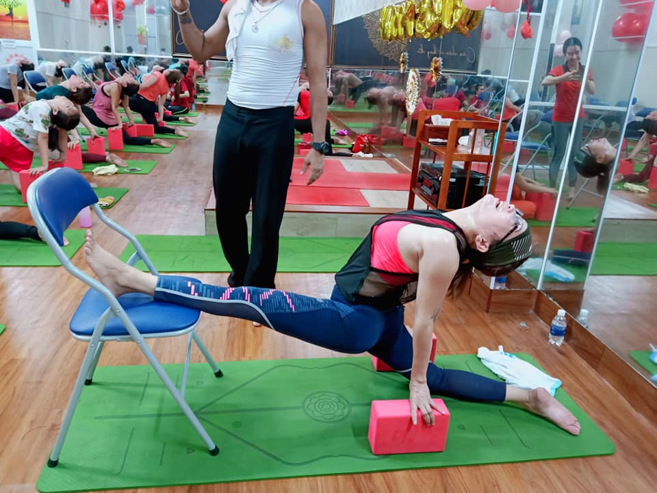 yoga voi ghe tai binh duong