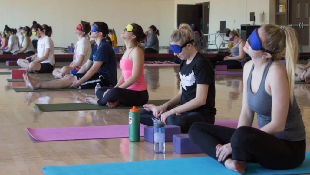 blind-yoga-yoga-bit-mat-tai-binh-duong-maha-yoga