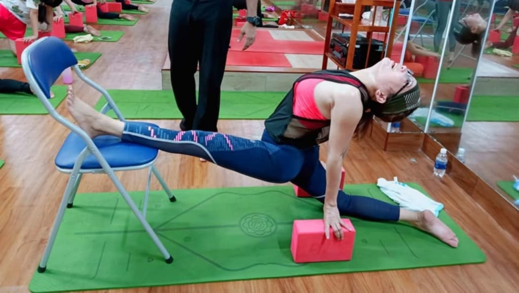 yoga-voi-ghe-tai-binh-duong-maha-yoga